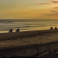 Гонка на закатном пляже :: Александр