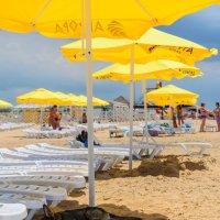 В тени пляжного зонта. :: igor