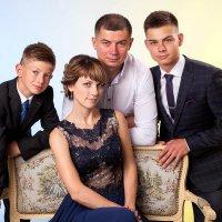 ...и за спиной стоит семья. :: Николай Хондогий