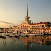 Морской вокзал в лучах заходящего солнца :: valeriy khlopunov