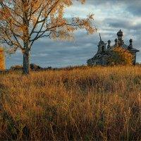 Осенним утром, старая часовня... :: Александр Никитинский