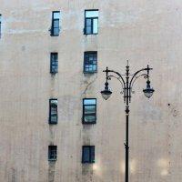 Стена,фонарь и окна :: Игорь Свет