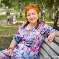 Женщина отдыхает на скамейке :: Оксана Попова