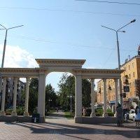 Арка на проспекте Независимости в Усть-Каменогорске :: Борис Белоногов
