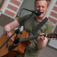 Уличный музыкант. :: Александр Бабаев
