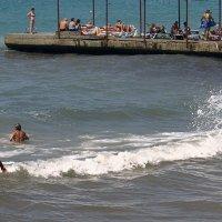 Отважные преодолевают кромку волны :: Валерий Дворников