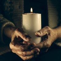 Свеча в руках пожилого человека :: Иван Смирнов