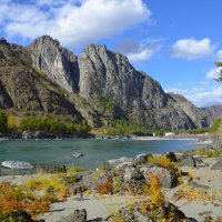 В окружении скал. :: Валерий Медведев