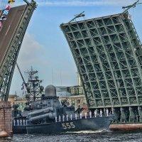 Дворцовый мост. Первый парад ВМФ. :: Larisa