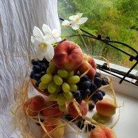 Инжирные персики и виноград. :: Anna Gornostayeva