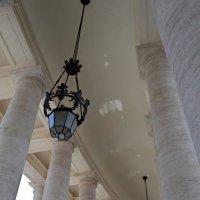 В колоннаде собора Петра и Павла :: Ольга