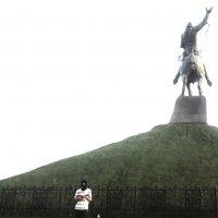 Уличный певец в маске у памятника :: Владимир Ростовский