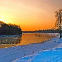 Яркий восход над рекой :: Дубовцев Евгений