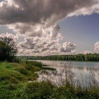 Облака над озером :: Владимир Гилясев