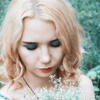 девушка и цветы :: Елена Т.