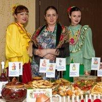 Красавицы с угощением :: Дмитрий Сиялов