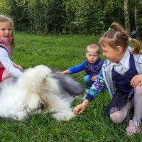 Маня и детки :: Лариса Батурова