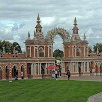 Галерея-ограда с воротами :: Александр Качалин