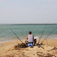 Рыбалка на Бакальской косе. Крым :: Леонид Дудко