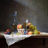 Натюрморт с карафой и виноградом :: Татьяна Карачкова
