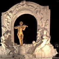 Памятник Королю Вальсов :: Alexander Dementev