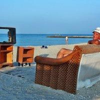 The Box - пляж эмоций. Там телевайзер на диване можно было почитать... :: Александр Резуненко