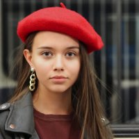 Красная шапочка в вагоне метро. :: Александр Бабаев