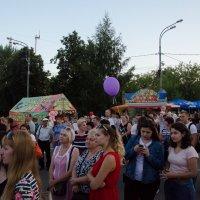 Гуляющие горожане :: Константин Сафронов