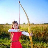Дочь учится стрелять из лука. :: Анна