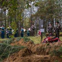 На братском захоронении... :: Сергей В. Комаров