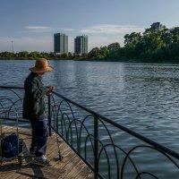 Иммигрант из Китая на рыбалке в Хай-Парке :: Юрий Поляков