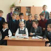 Девочка с мальчиками своего класса :: Александр Яковлев  (Саша)