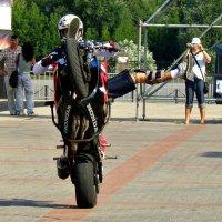 Пинающийся мотофристайлер... :: Андрей Головкин