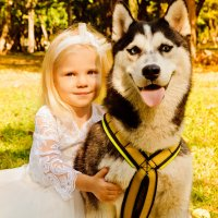 симпатичная девочка с собачкой :: надежда Коновалова