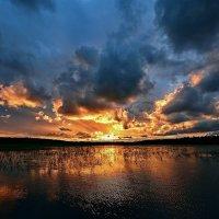 Закат на озере :: Николай