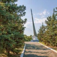Стелла на месте приземления первого в мире космонавта Ю.А.Гагарина :: Михаил Рехметов
