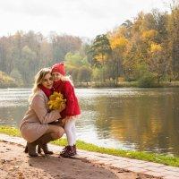 Мама и дочка осенью в парке :: Ирина Вайнбранд