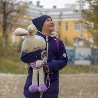 Девочка и зайка :: Марина Кириллова