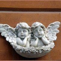 Барельеф в виде двух ангелочков :: Вера