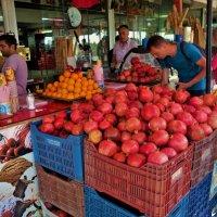 ...яркими фруктами... :: Sergey Gordoff