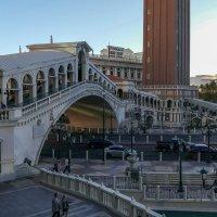 По мосту Риальто можно пройти внутрь отеля Венеция или выйти из него (Лас Вегас) :: Юрий Поляков