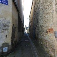 Ну очень узкая улочка в Шербуре :: Natalia Harries