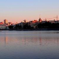 Фото с диалогом трёхмерных зданий и двумерной поверхности воды :: Наталья Чистополова