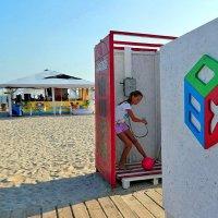 The Box - пляж эмоций. И позвонить там можно было и помытьcя... :: Александр Резуненко