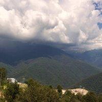 Трутся тучи животами о вершины гор... :: Наталья Чистополова