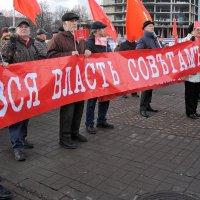 7 ноября в Ярославле, красные знамена и лозунги коммунистов :: Николай Белавин