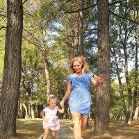 Мать и дочь весело бегут :: Виктория Балашова