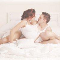 Пара лежит на кровати :: Виктория Балашова