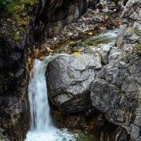 Маленький горный водопадик :: Александр Шацких