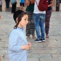 Портрет на фоне вездесущих туристов. Юный израильтянин :: Николаева Наталья